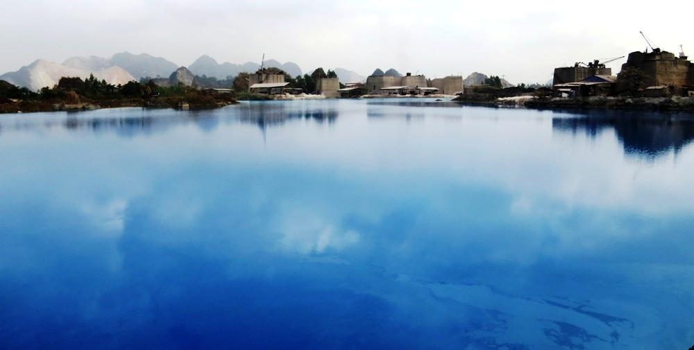 Hồ nước có màu xanh do ảnh hưởng của núi đá vôi xung quanh và chất tạo thuốc nổ.