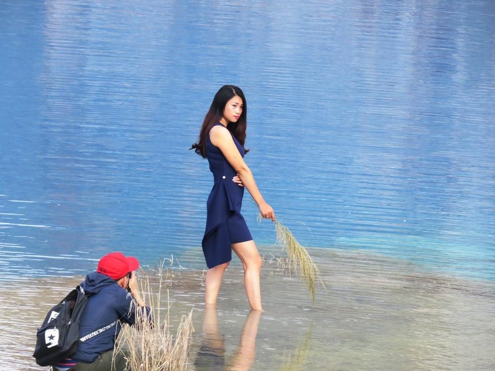 """Nhiều bạn trẻ chọn hồ nước xanh làm """"nền"""" cho những bức hình ưng ý."""