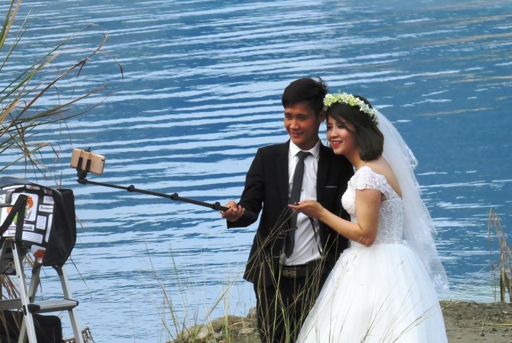 Lập gia đình đã lâu, nhưng hai vợ chồng trẻ đến từ Hải Phòng quyết định chụp lại ảnh cưới ở hồ nước xanh.