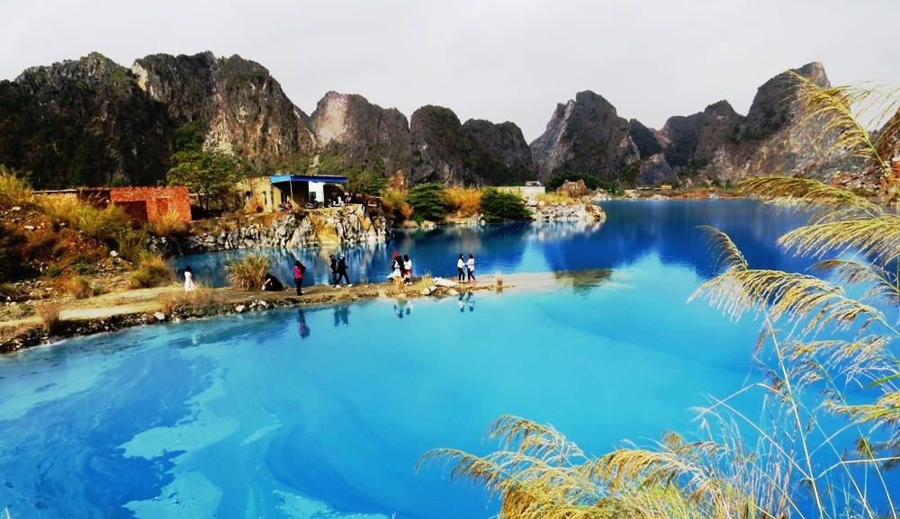 Hồ nước được bao bọc bởi dãy núi đá vôi Trại Sơn.