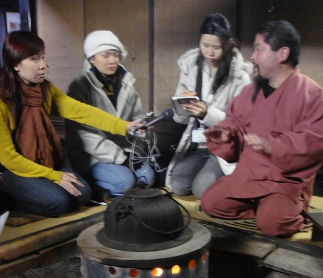 Bên bếp củi trò chuyện cùng chủ nhà Oizumi.