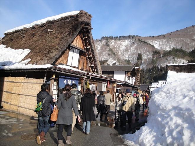 Du khách thăm làng.