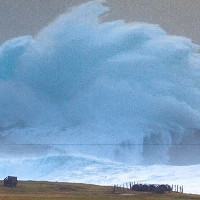 """Cột sóng cao hơn 14m """"đóng băng"""" ngoài bờ biển Anh"""