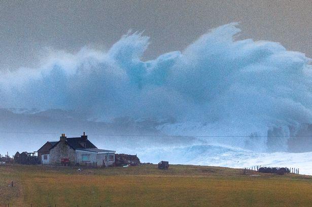 Cơn sóng khổng lồ như bị đóng băng khi chuẩn bị ập vào bờ biển đảo Shetland.