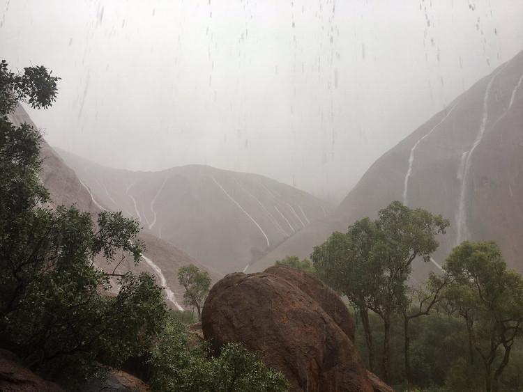 Vườn quốc gia Uluru đã phải đóng cửa do cơn bão.