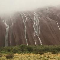 Đá khổng lồ biểu tượng nước Úc bỗng biến thành thác nước