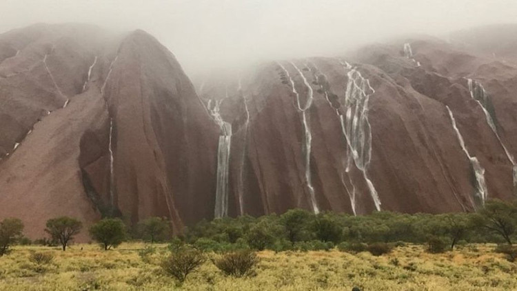 Khối đá khổng lồ bỗng hóa thác nước đẹp như mơ.