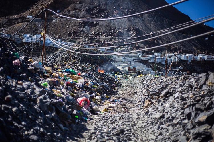 Người dân La Rinconada thường tự xử lý rác thải bằng cách đốt rác hoặc chôn xuống đất
