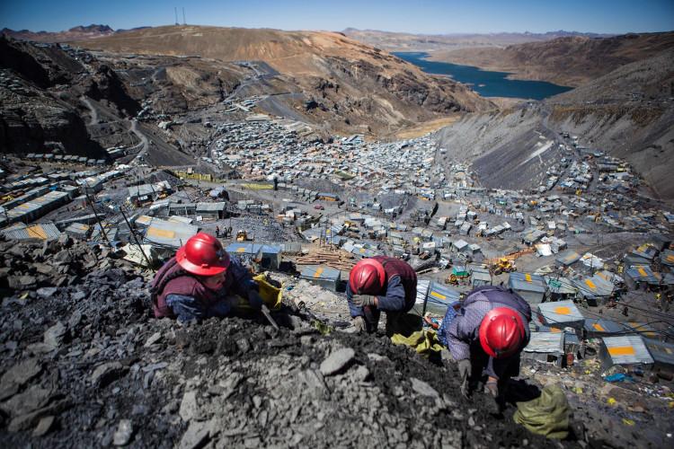 Hồ nước ở khu vực mỏ vàng bị ô nhiễm nặng