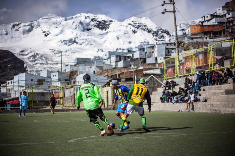 Người dân ở thành phố thích chơi bóng đá