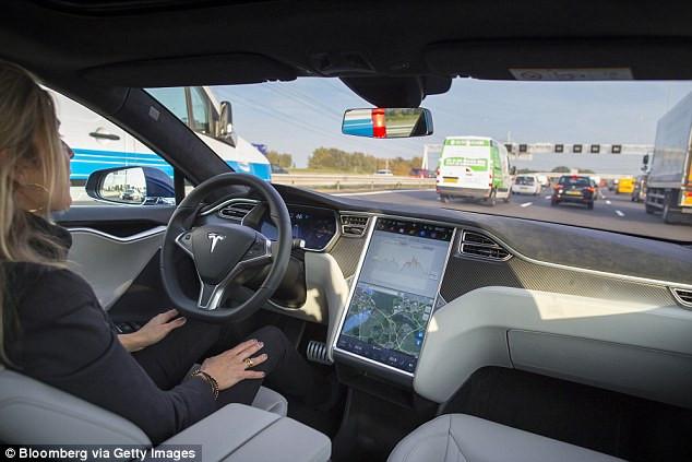 Trong tình huống trên, rất có thể chiếc Tesla đã nhận biết được cú phanh từ chiếc SUV màu đen.