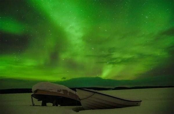 Dưới ánh sáng tuyệt đẹp của Bắc cực quang, người ta dường như quên đi cái lạnh -15 độ.