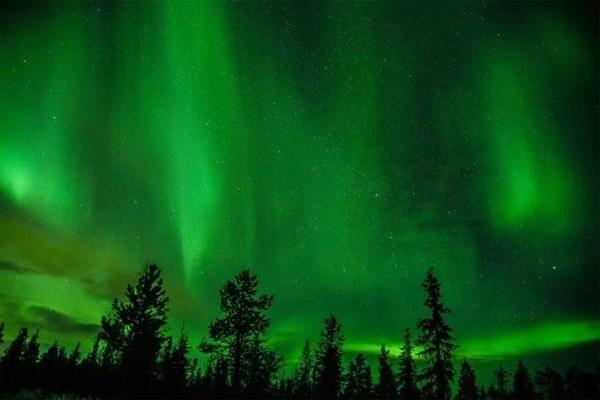 """Cực quang ở Bắc Cực được gọi là """"Bắc cực quang"""", sinh ra bởi sự tương tác giữa các hạt mang điện tích từ gió mặt trời với tầng khí quyển bên trên Trái Đất."""