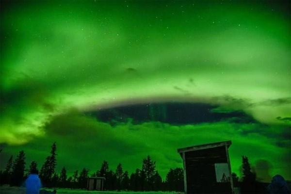 Màu của cực quang, kết hợp với những đám mây lơ lửng trên bầu trời tạo nên một bức tranh thiên nhiên đẹp mắt.