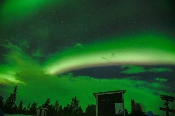 Trông từ xa, dải ánh sáng vắt ngang qua bầu trời trông giống hệt cầu vồng.