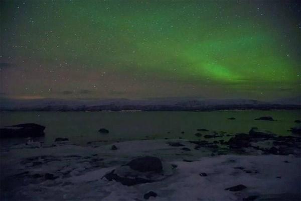Toàn cảnh bầu trời cực quang ở Bắc Cực nhìn từ xa.