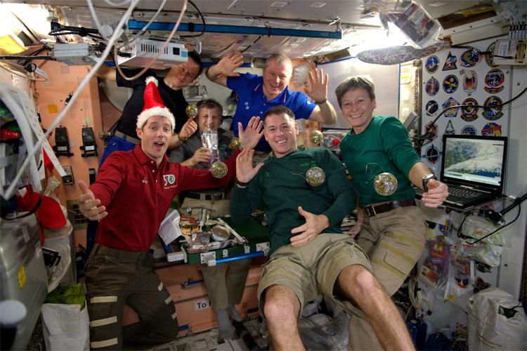 6 thành viên trong phi hành đoàn tại ISS sẽ đón năm mới với một bữa tiệc... nước hoa quả.