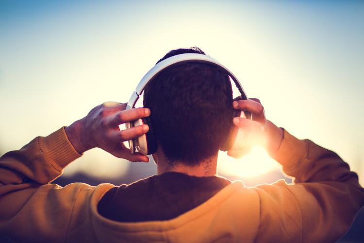 Nghe nhạc có thể ảnh hưởng đến tâm trạng của con người.
