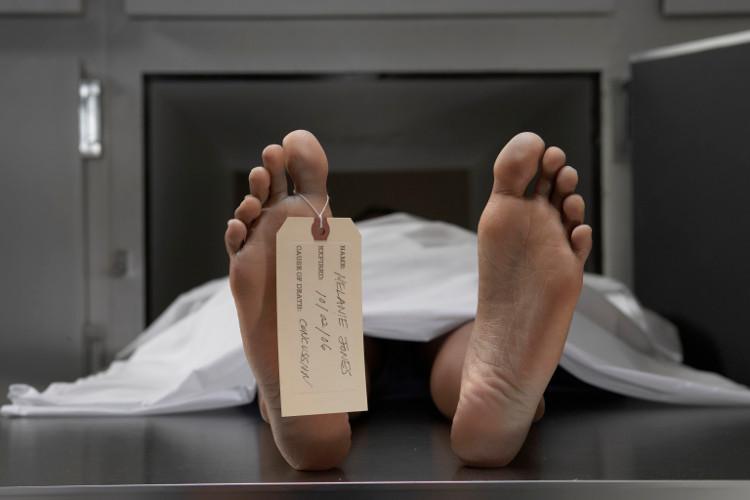 Chết vì lí do tự nhiên được định nghĩa là sự qua đời vì bệnh tật, tuổi già, ốm yếu và không phải vì tai nạn hay bị giết.