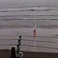 Người phụ nữ bị sét đánh trúng đầu ngay trên bãi biển