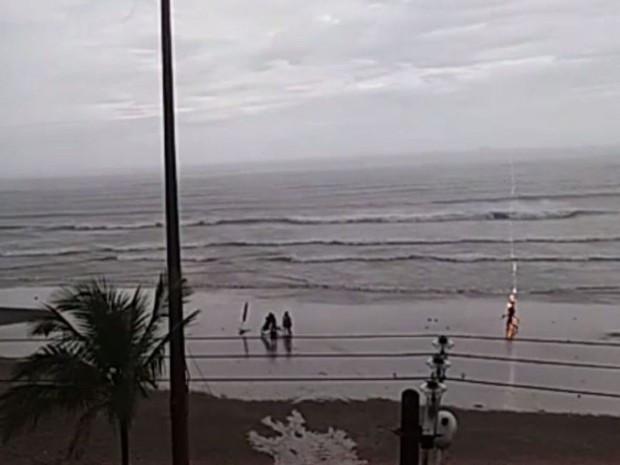 Cô gái bị sét đánh ngay vào đầu khi đang đi dạo trên bờ biển.