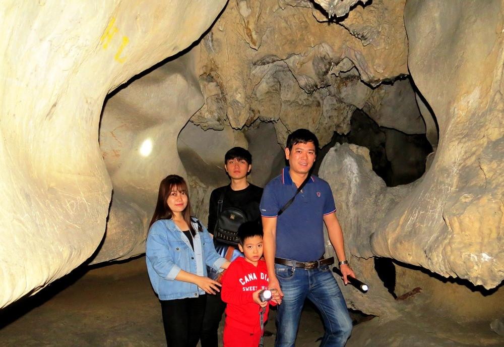 Sau vài chục bước chân, hang Dê hiện ra rất đẹp và rộng.