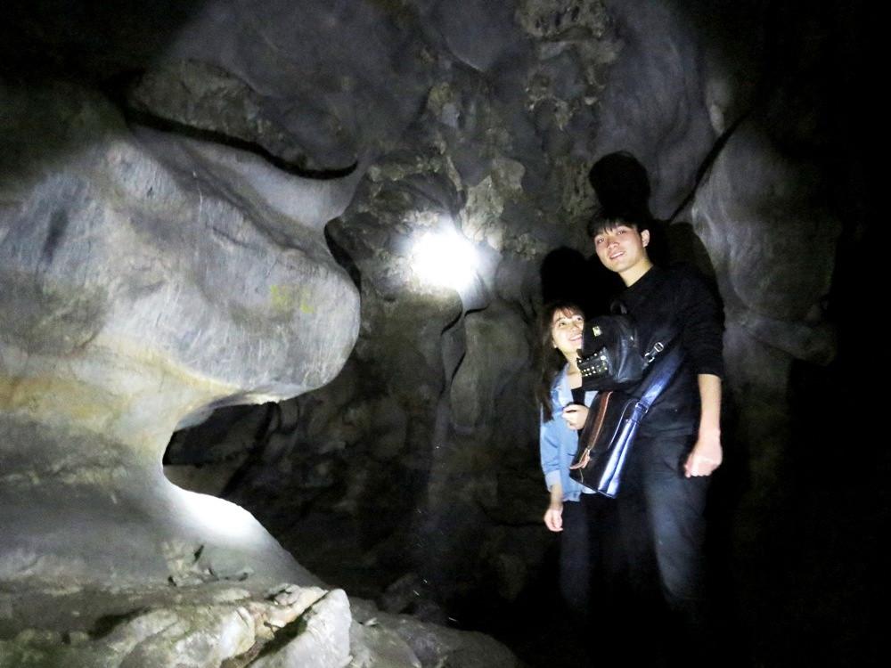 Hang Dê nằm nửa nổi, nửa chìm trong lòng núi đá vôi với chiều dài lên tới 40m.