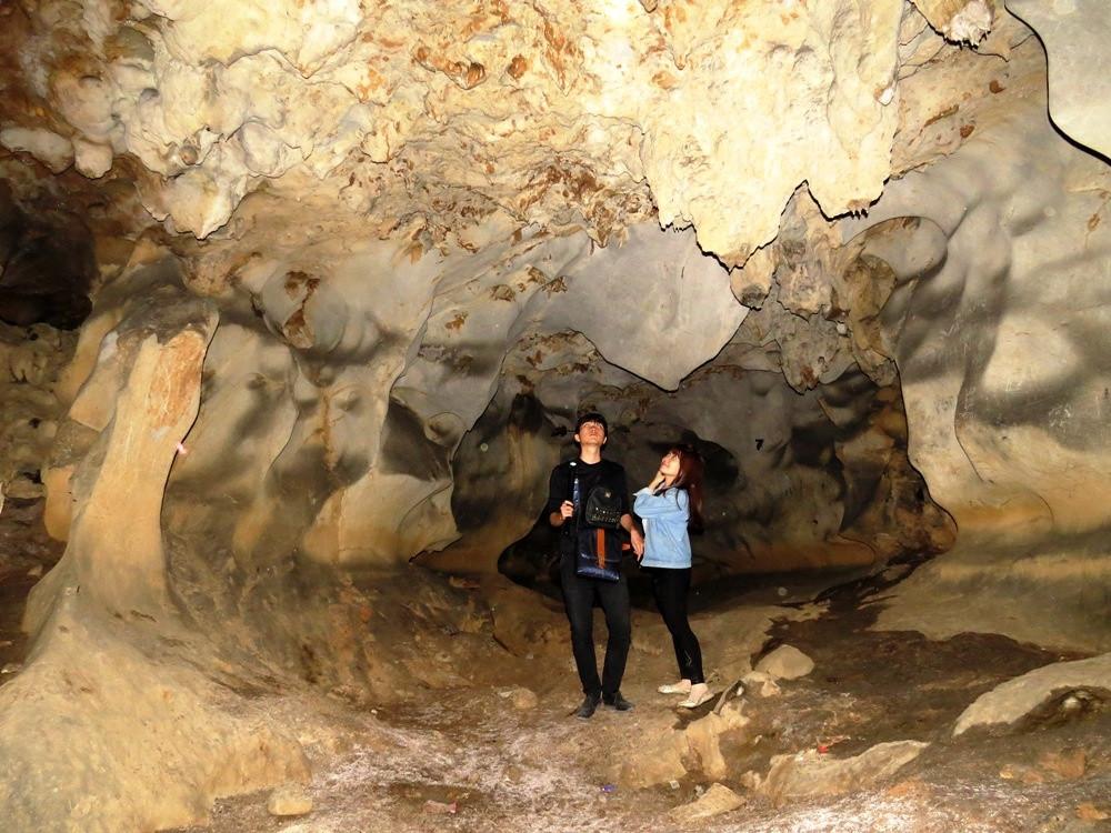 Trên trần hang là những nhũ đá nhọn đang tí tách nhỏ từng ngọt nước trong vắt, mát lạnh.