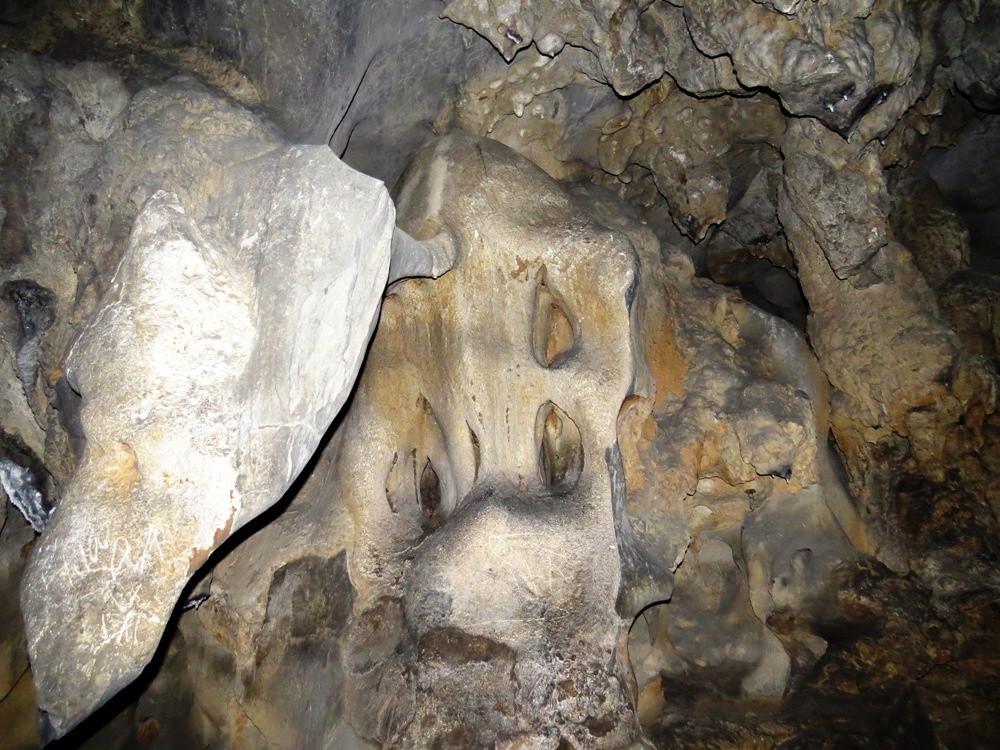 Những nhũ đá đôi khi khiến du khách bắt gặp không khỏi lạnh sống lưng dưới ánh sáng mờ ảo của đèn pin.