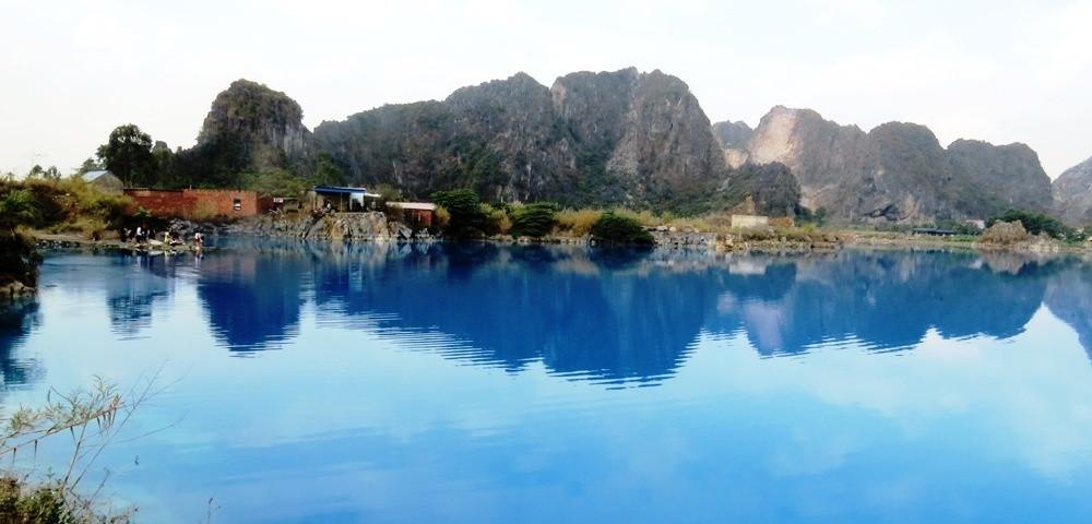 PV đã có chuyến khám phá hang động kỳ bí nằm sâu trong núi Thiên Triều, soi bóng xuống hồ nước xanh nhân tạo.