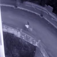 Video: Bóng trắng nghi hồn ma bám đuôi cặp đôi ở Tây Ban Nha