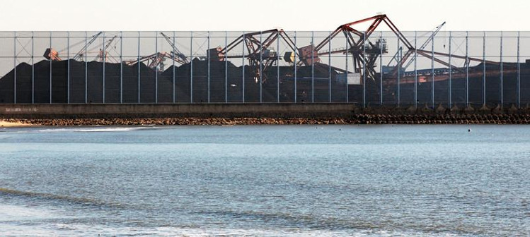 Lưới chắn bụi đang được lắp ráp tại cảng Tần Hoàng Đảo, Trung Quốc.