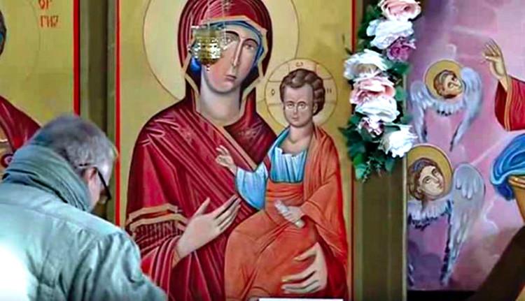 """Tranh Đức mẹ Đồng trinh nhỏ """"nước mắt"""" trong nhà thờ Macedonia."""
