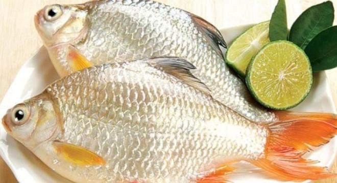 Dùng muối rắc đều lên mình cá hoặc sử dụng một chút giấm đổ vào cá sau đó để nơi khô thoáng để bảo quản cá.