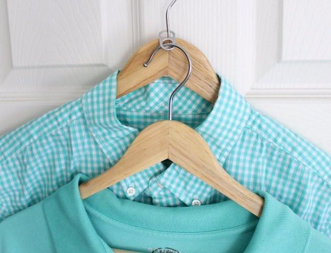 Tận dụng chiếc móc để móc thêm được bộ quần áo mới, tiết kiệm cho tủ quần áo của bạn.