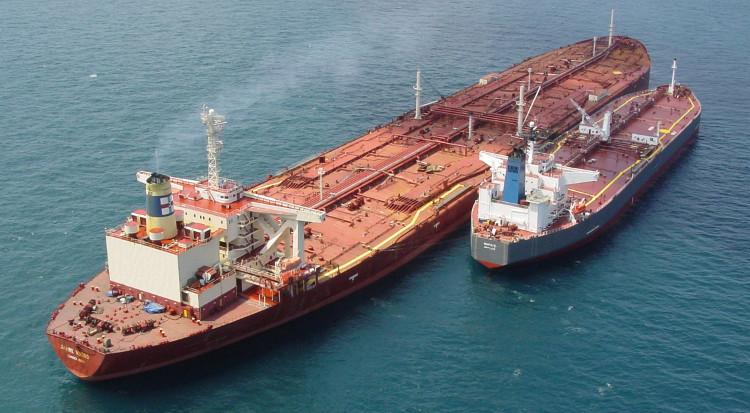 Jahre Viking khi đặt cạnh những con tàu chở dầu bình thường khác.
