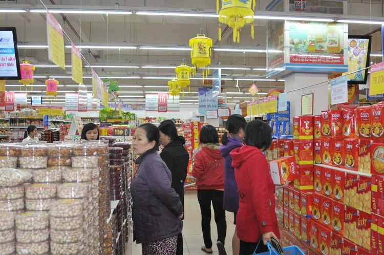 Các bà nội trợ giờ sắm Tết trong... siêu thị.