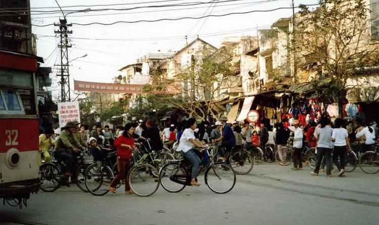 Khu phố Hàng Ngang, Hắng Đào những ngày gần Tết thời kì bao cấp luôn tấp nập, nhộn nhịp người đi sắm Tết.