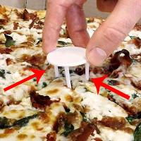 """Chiếc """"kiềng 3 chân"""" này trong mỗi hộp pizza dùng để làm gì?"""