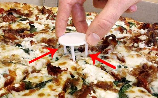 Ai ăn pizza cũng đều biết chiếc đế 3 chân này, nhưng không phải ai cũng biết công dụng của nó là gì.