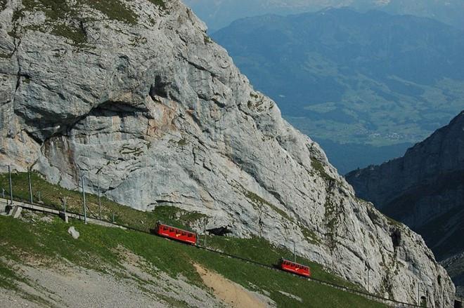 Tuyến này được kỹ sư Eduard Locher đề xuất xây dựng vào năm 1873, nhưng khi đó kế hoạch này không được thực thi.