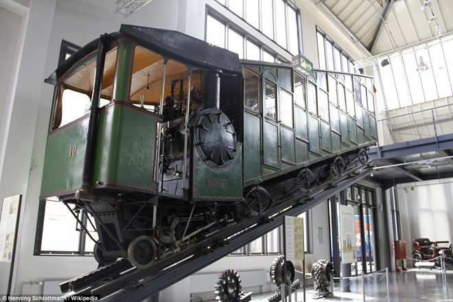 Một trong hai chiếc xe đầu tiên hiện được trưng bày tại Bảo tàng Deutsches ở Munich, Đức