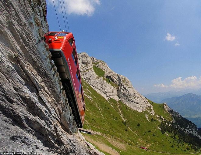 Tuyến đường sắt Pilatus dài hơn 4,6km, kết nối trạm Alpnachstad ở hồ Lucerne với một trạm trên núi Pilatus ở độ cao 2.072m.