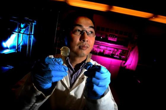 Tiến sỹ Chao Wang cùng loại gel mới trong phòng thí nghiệm của UCR.