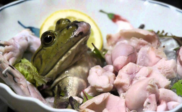 Tại Nhật Bản và cả Trung Quốc, ếch được cắt thành từng miếng fillet với quả tim vẫn còn đập rồi ăn sống.