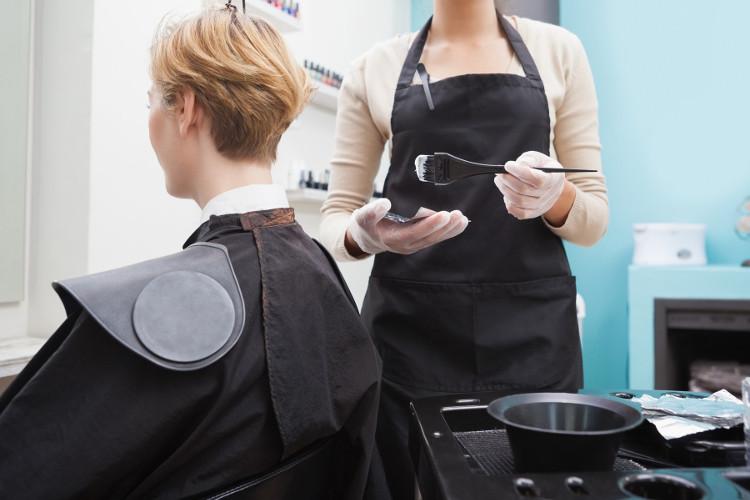 Những người dễ bị dị ứng thì không nên nhuộm tóc.