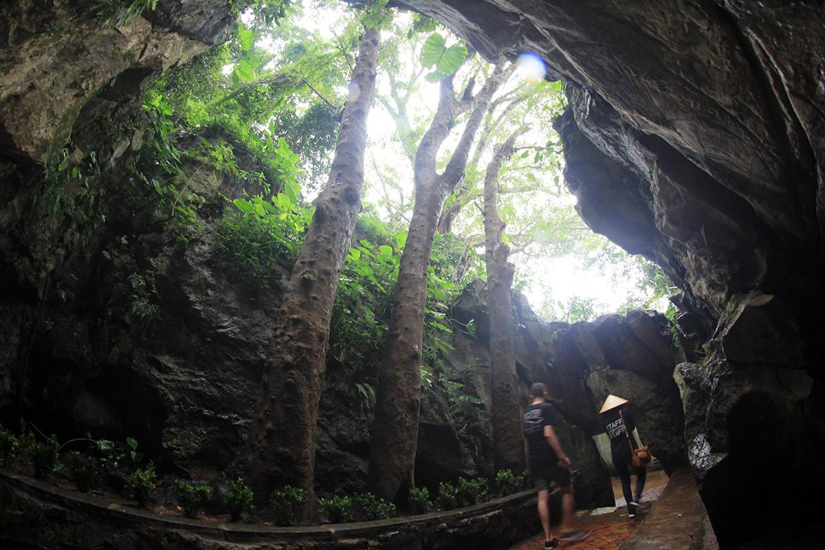 Ở sườn nam ngọn Thủy Sơn là 3 cây bồ kết nằm lọt trong động Tàng Chơn.
