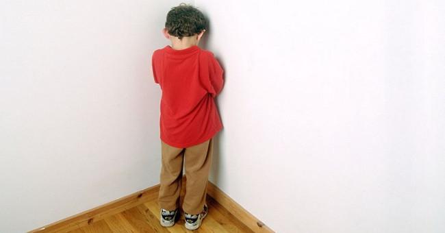 Sức khỏe đời sống-Phạt đứng góc hay úp mặt vào tường ảnh hưởng đến não bộ của trẻ?