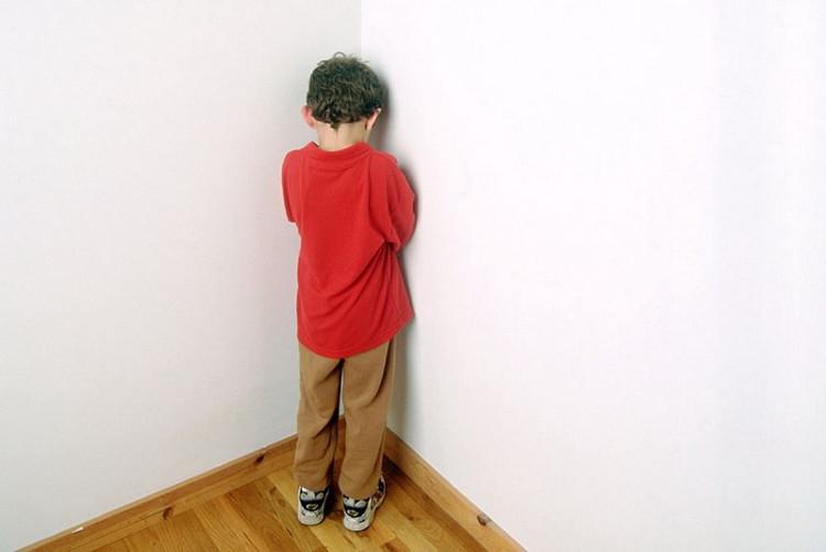 Phạt úp mặt vào tường là một cách mà các phụ huynh thường xuyên sử dụng để giáo dục trẻ.