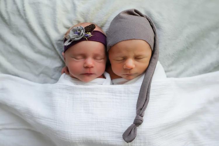 Vẻ đáng yêu của hai bé sinh đôi William và Reagan.